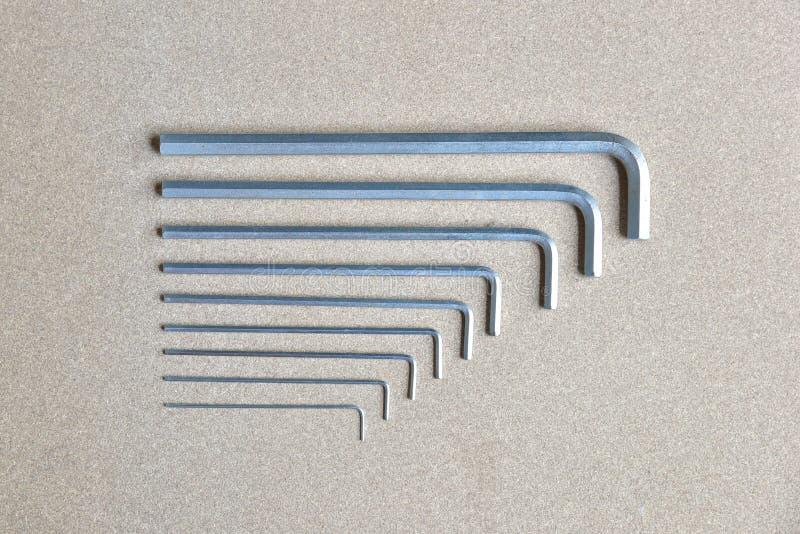 Clés d'Allen en métal sur un fond en bois photographie stock libre de droits