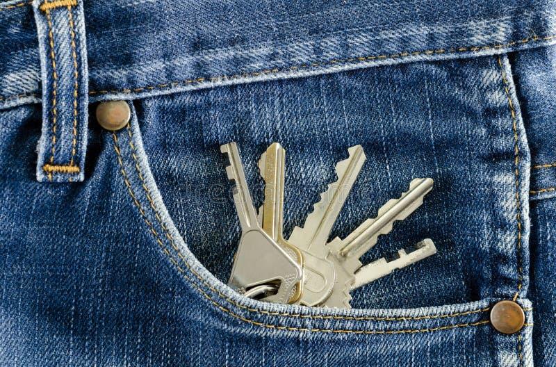 Clés dans une poche de jeans. photos stock