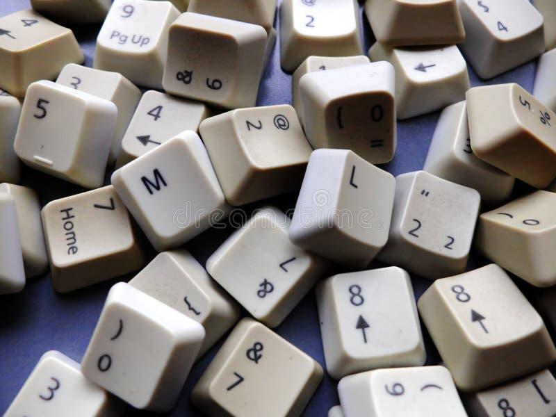 Clés de clavier blanches d'ordinateur, en grande partie numériques avec des boutons d'apprentissage automatique de ml à l'avant C photo libre de droits
