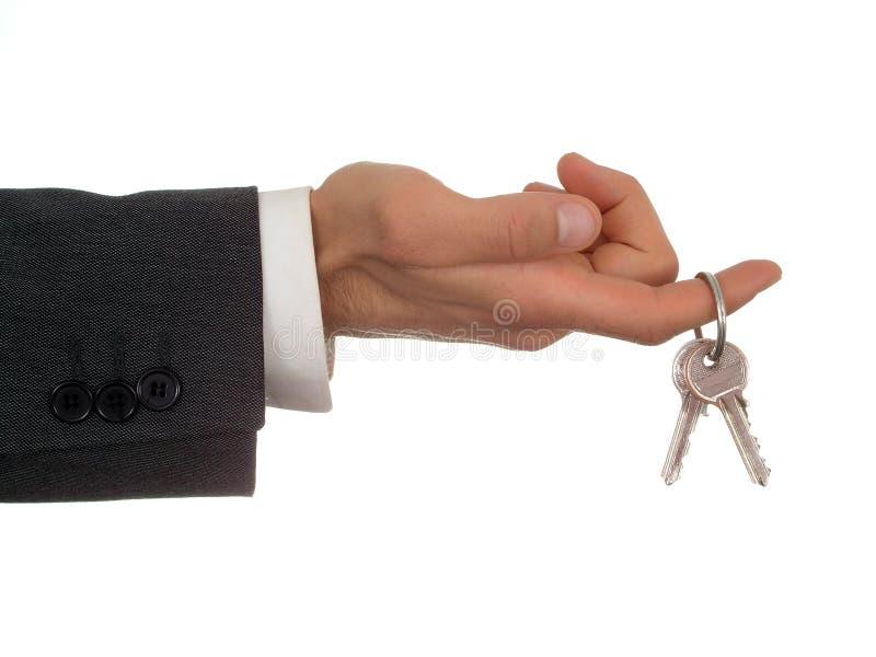Clés de fixation de la main de l'homme d'affaires image stock