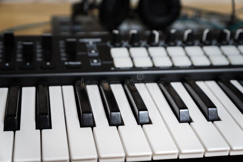 Clés de piano de synthétiseur de clavier du MIDI images stock