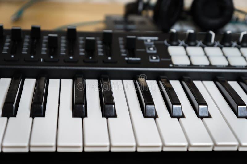 Clés de piano de synthétiseur de clavier du MIDI photographie stock libre de droits