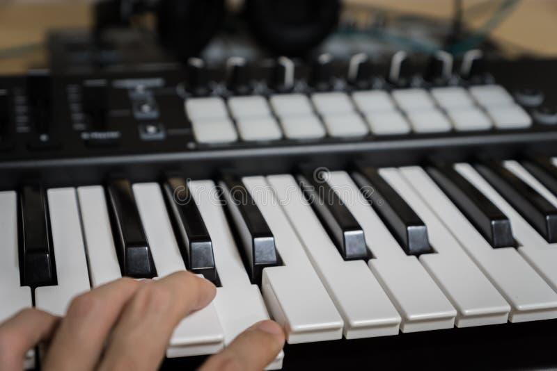 Clés de piano de synthétiseur de clavier du MIDI image libre de droits
