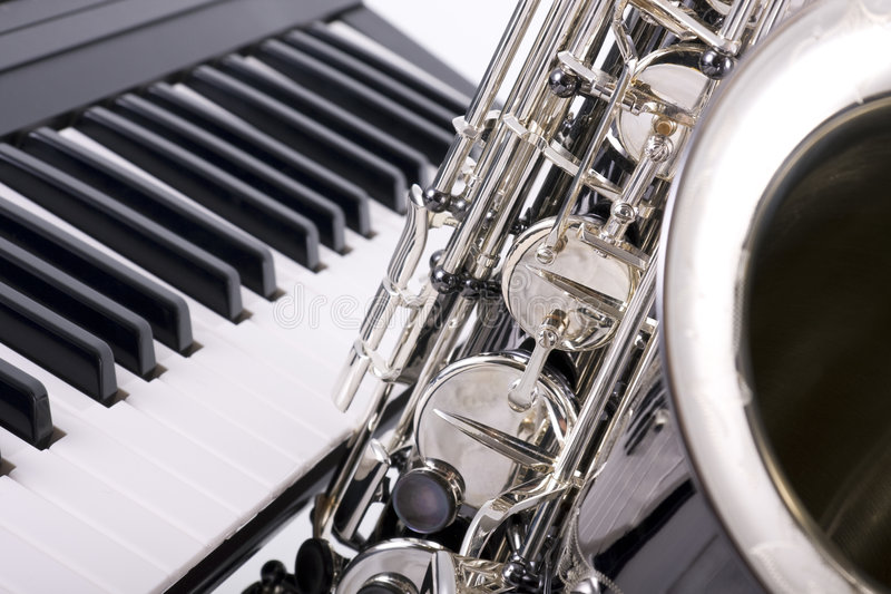 Clés de saxophone et de piano photographie stock