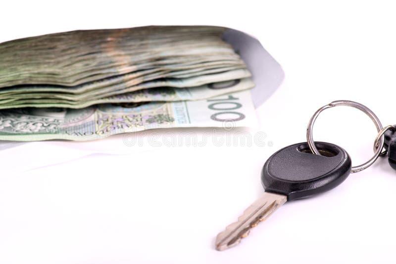 Clés de véhicule et beaucoup d'argent photos libres de droits