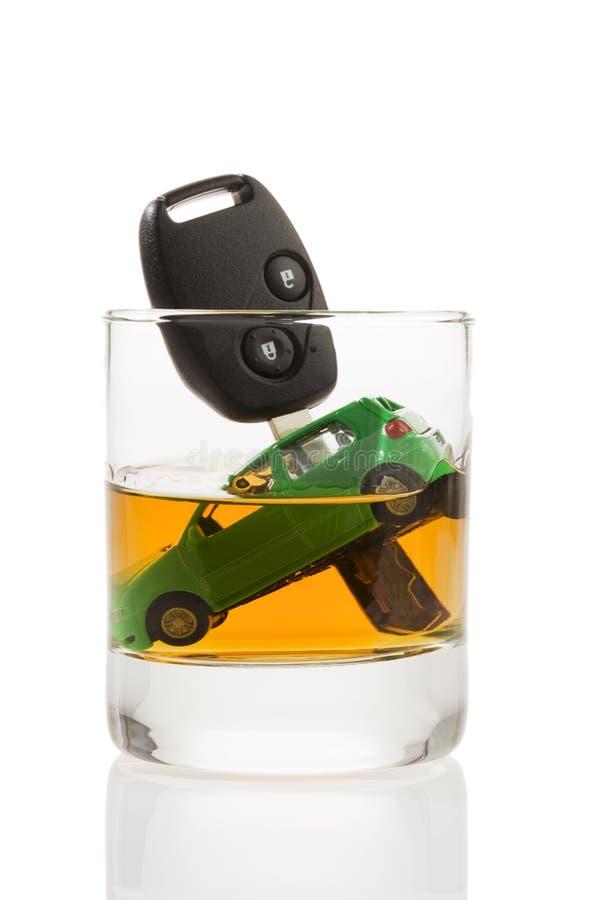 Clés et glace de véhicule avec de l'alcool images libres de droits