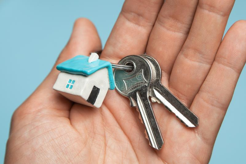 Clés et maison de porte-clés en main Concept d'acheter une maison, louant photos libres de droits