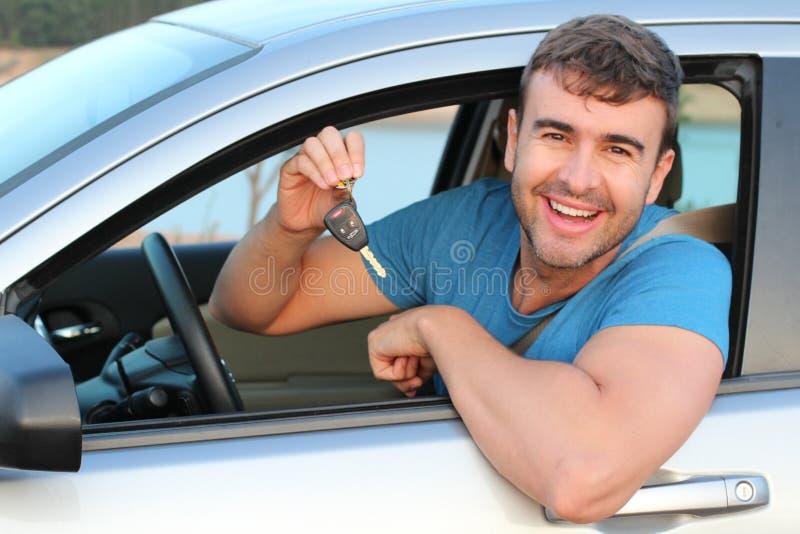 Clés mignonnes de voiture de participation de conducteur photographie stock libre de droits