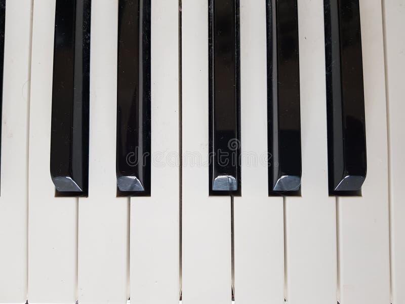 Clés noires et blanches sur un piano photo libre de droits