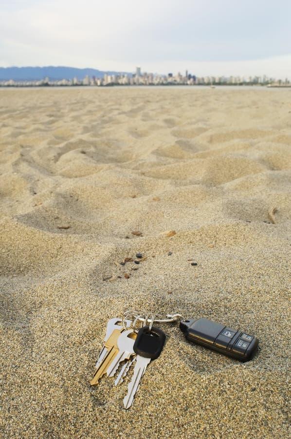 Clés perdues à la plage images stock