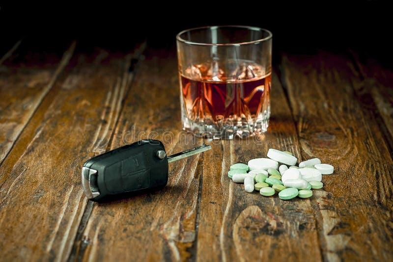 Clés, pilules et alcool de voiture image libre de droits