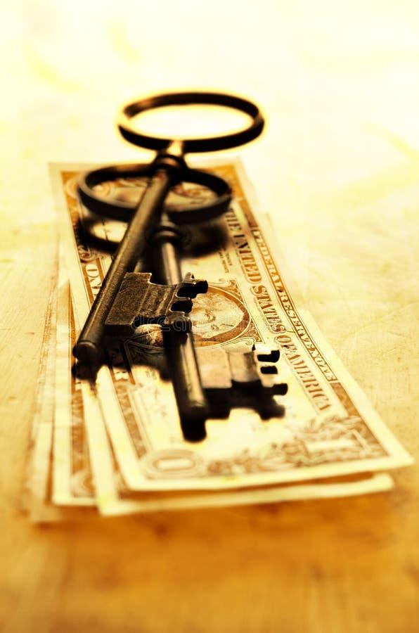Clés pour la connaissance et le succès avec l'argent d'argent liquide photographie stock libre de droits