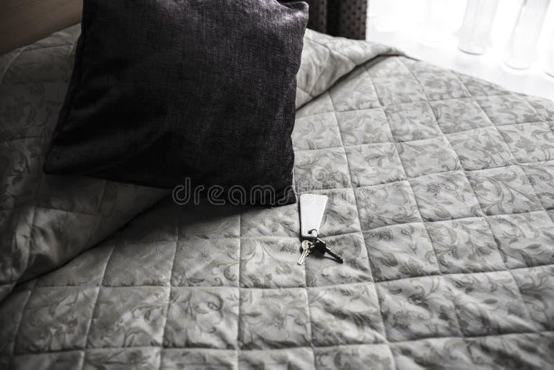 Clés sur un lit d'hôtel photos libres de droits