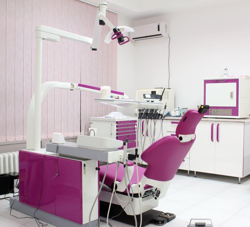 Clínica dental con la silla imagen de archivo