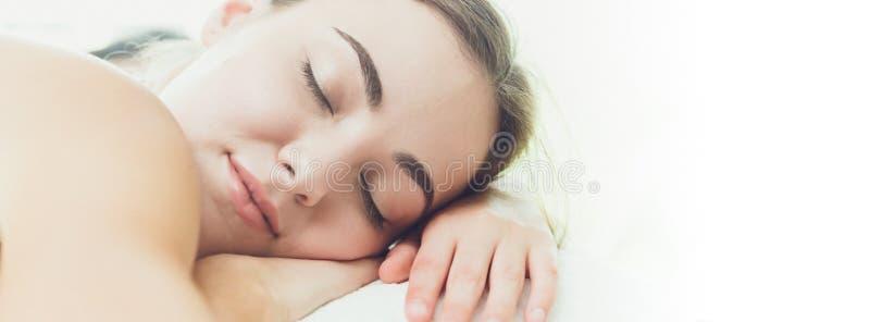 Clínica ressonando da mulher bonita do sono largamente para a bandeira do Web site foto de stock