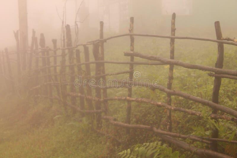 clôture augmentée par la pluie photographie stock