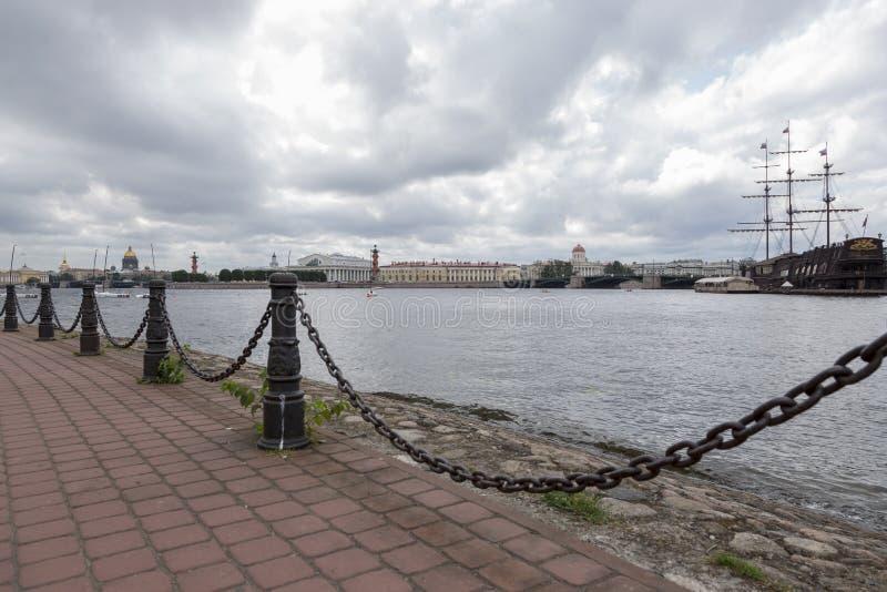 Clôture des chaînes sur les banques du Neva à St Petersburg image stock
