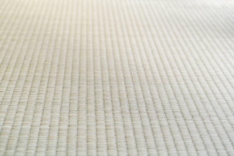 Clôturez la texture du tapis de Tatami traditionnel japonais dans la vue humaine images stock