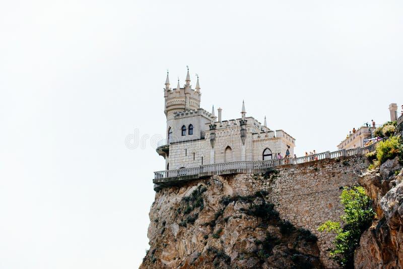 Cl da rocha do restaurante do marco da cidade do mar do ninho do ` s da andorinha de Crimeia Yalta fotos de stock