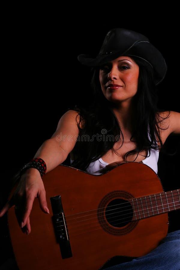 Cl della chitarra della holding della ragazza del paese immagini stock