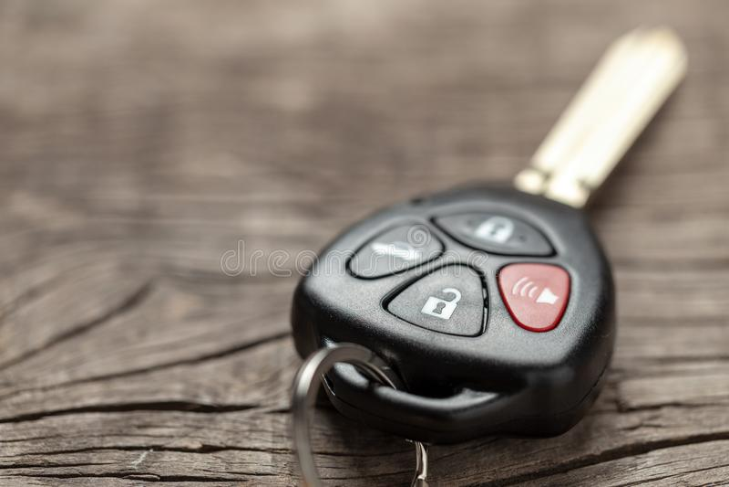 Cl?s de voiture avec les alarmes ? t?l?commande sur le fond en bois images stock