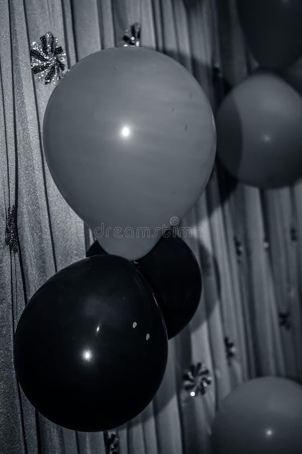 Cl?turez de trois ballons de couleurs i E Noircissez avec le signe de danger, blanc et rose sur un tissu Concepts de c?l?brer cha photo stock