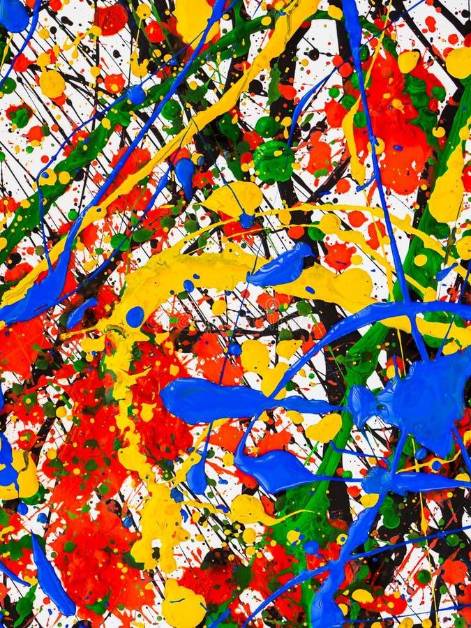 ?clabousse sur la peinture rouge et noire et verte et jaune et bleue images libres de droits