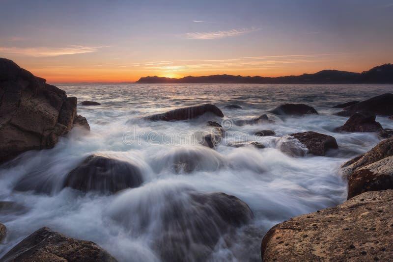?claboussure de l'eau au-dessus des roches ? Bermeo photo libre de droits