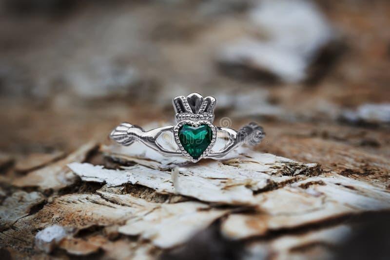 Claddagh pierścionek z szmaragdowym sercem fotografia royalty free