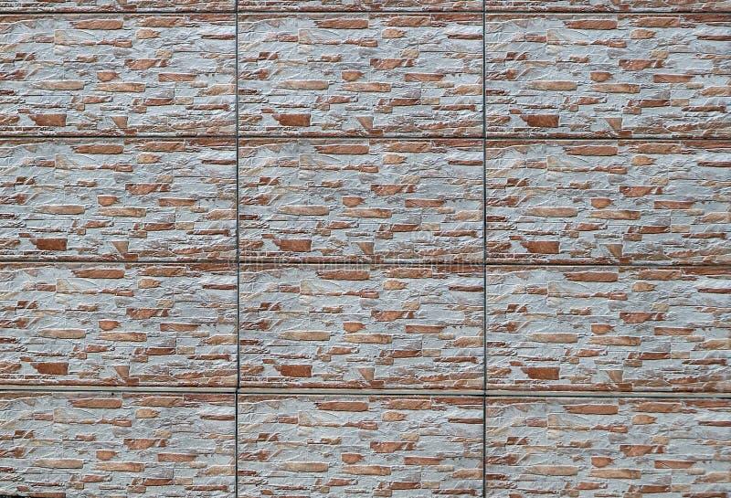 Cladding för stenvägg som göras av paneler av horisontaltegelstenar som är blandade med vitbetong fotografering för bildbyråer