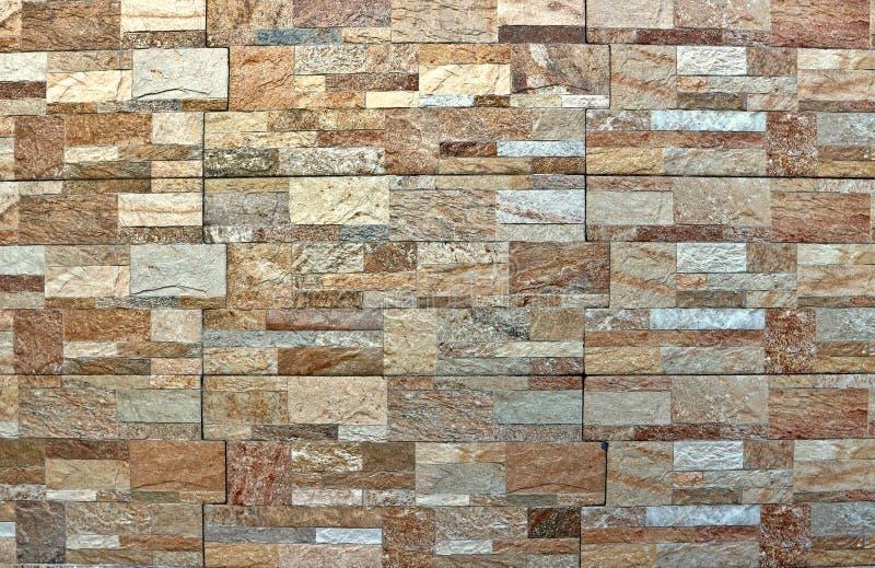 Cladding för stenväggen som göras av flerfärgat konstgjort, vaggar paneler för yttersida royaltyfria bilder
