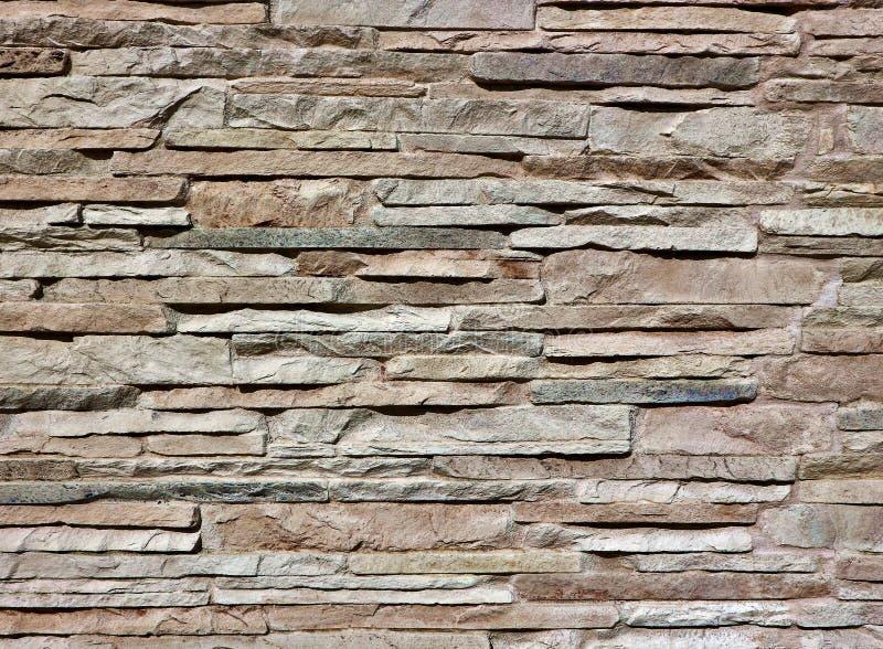 Cladding för stenväggen som göras av naturliga tunna band, vaggar r royaltyfria foton