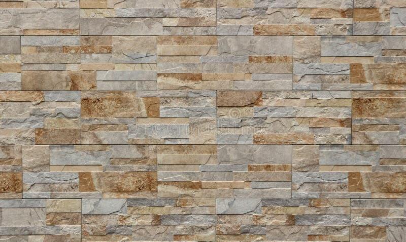 Cladding för stenväggen för yttersida som göras av, vaggar bandpaneler Färgerna är skuggor av grått ljus - som är brunt och royaltyfri foto