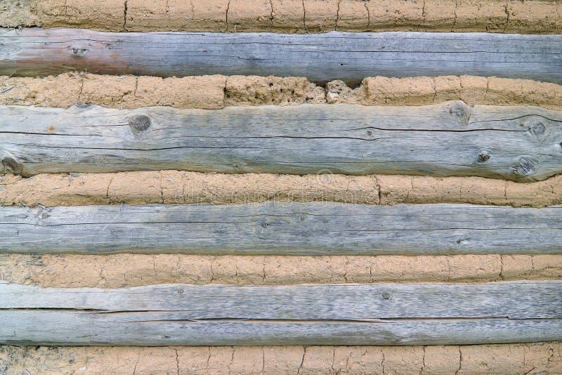 Cladding - väggen av en korsvirkes- stuga arkivfoton
