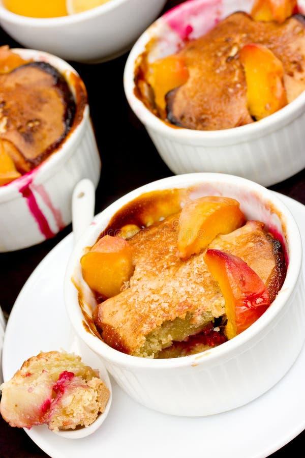 Clafoutis用山莓果酱和桃子切片 库存图片
