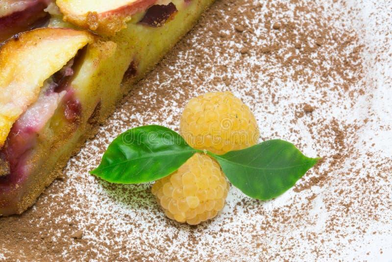 Clafoutis饼用黄色莓 库存图片