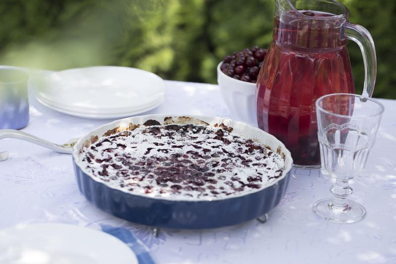 Clafoutis κερασιών - παραδοσιακό γαλλικό γλυκό επιδόρπιο φρούτων Πίτα κερασιών με κεραμική μορφή στοκ φωτογραφία με δικαίωμα ελεύθερης χρήσης