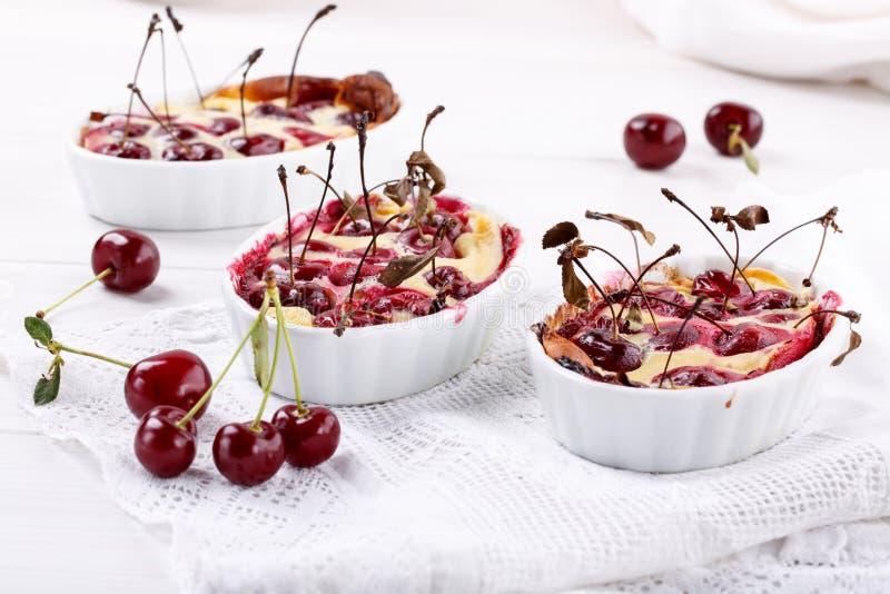 Clafoutis κερασιών - παραδοσιακό γαλλικό γλυκό επιδόρπιο φρούτων στοκ φωτογραφίες