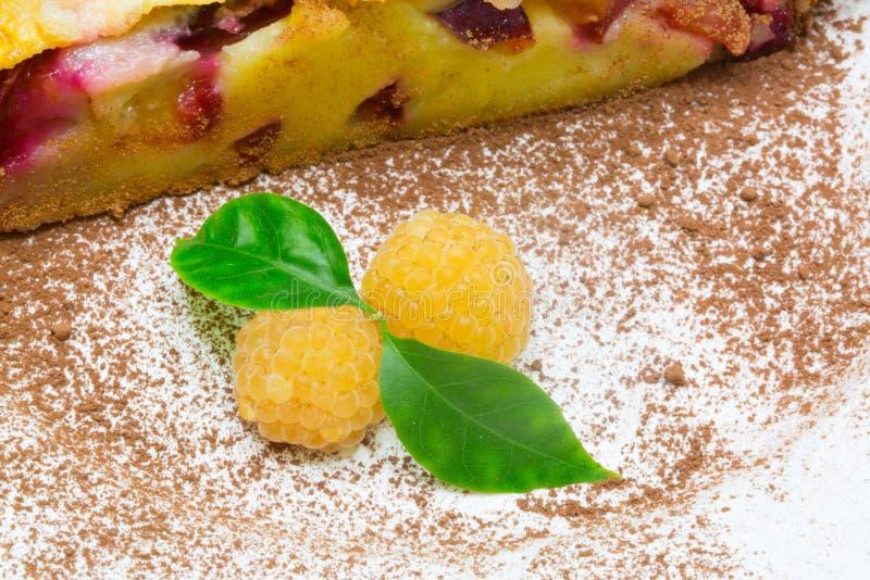 Clafoutis frut饼用黄色莓 免版税库存图片
