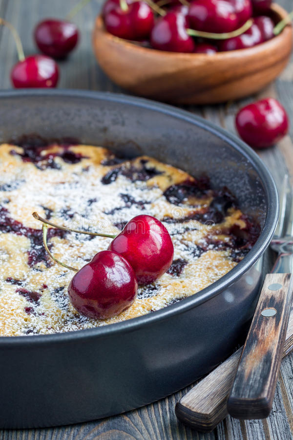 Clafoutis med körsbäret i bakningmaträtten, lodlinje royaltyfria foton