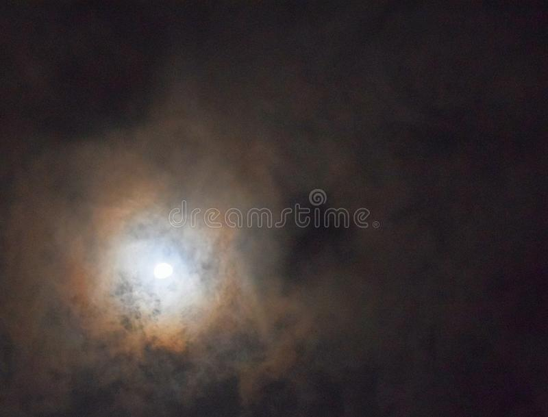Clair de lune argenté avec des nuages en ciel - fond naturel de nuit photo libre de droits