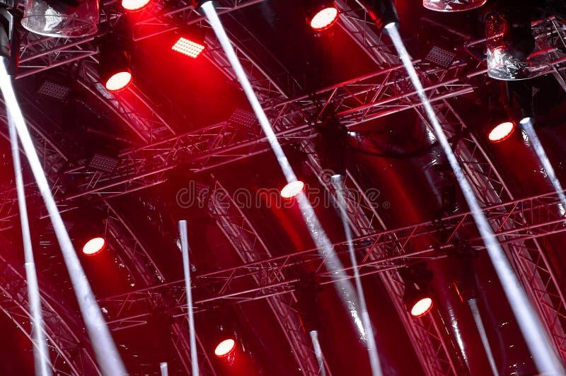 ?clairage color? de concert Rayons de lumière de l'éclairage de concert sur un fond foncé au-dessus de l'écran de projecteur photo libre de droits