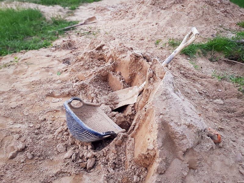 Clam-Shell Shaped Basket och skyffel på högen av sand arkivbilder
