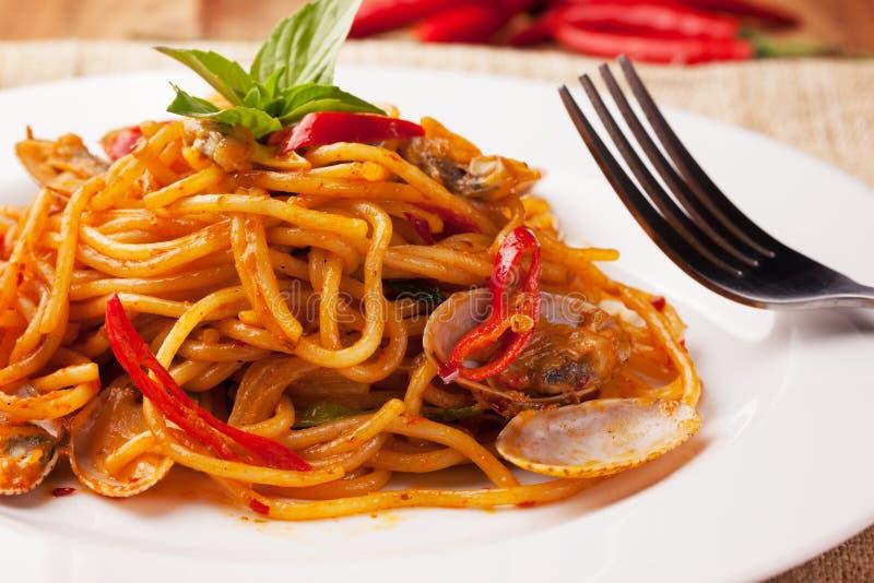 Clams младенца спагетти с пряным соусом chili стоковые фотографии rf