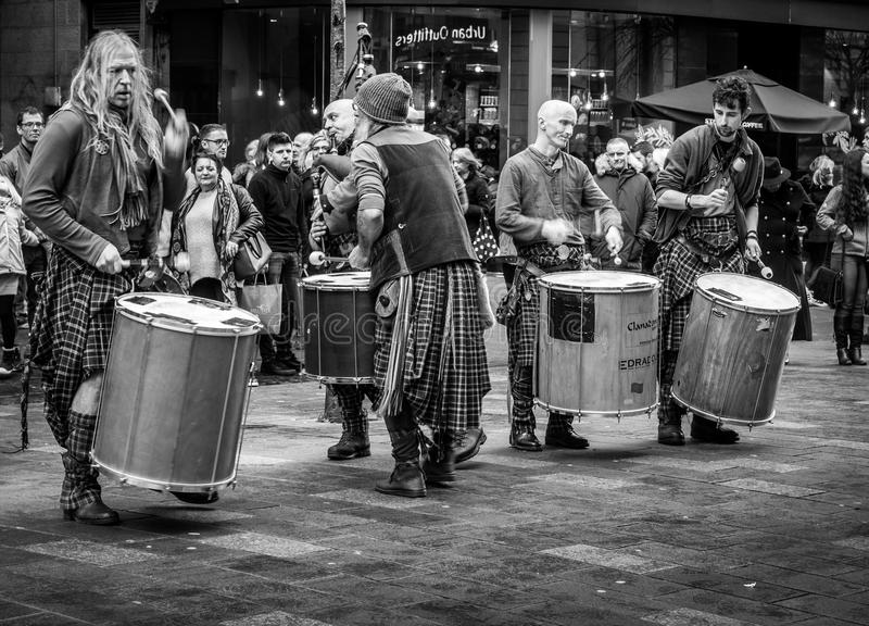 Clanadonia entertaining shopping crowd in Glasgow royalty free stock images