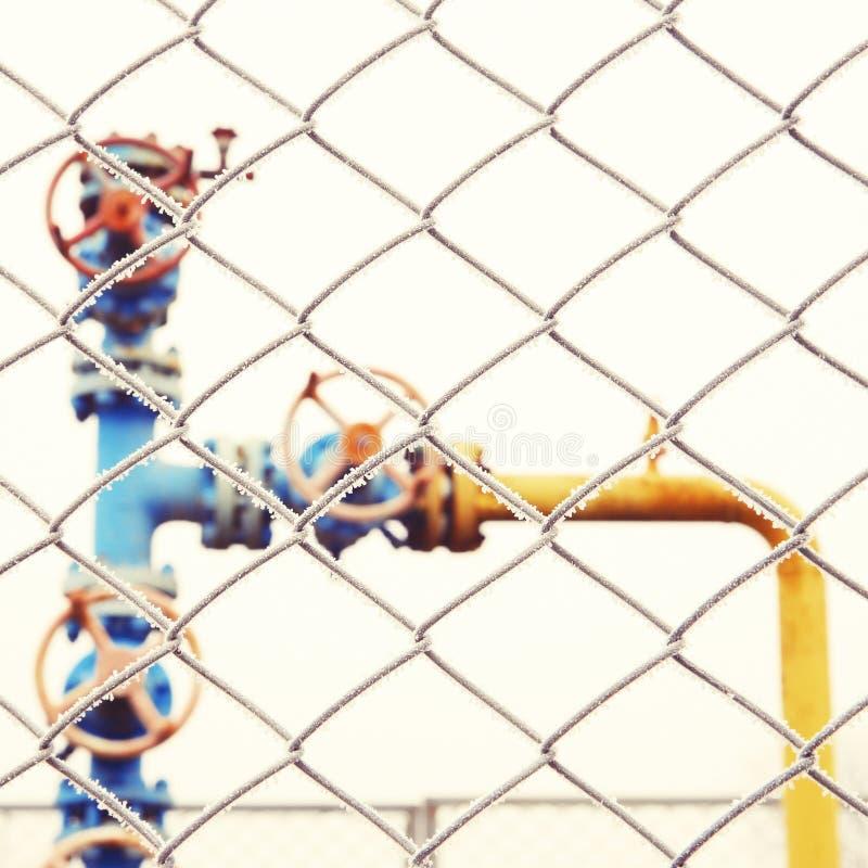 Clapet à gaz avec la barrière dans le premier plan. image stock