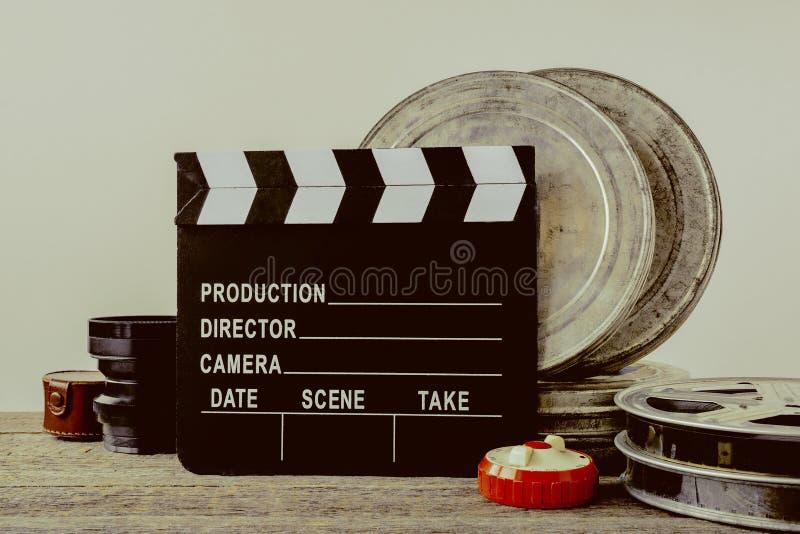 Clapperboard,有影片和透镜的罐子箱子 免版税库存照片