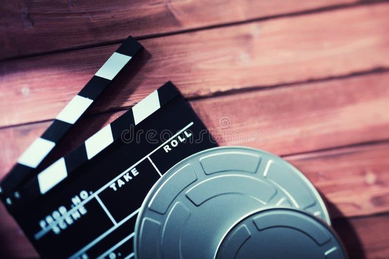 Clapperboard mit Filmbändern stockfoto