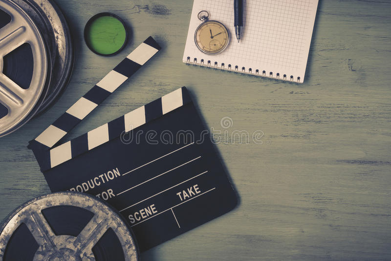 Clapperboard och en filmrulle royaltyfria foton