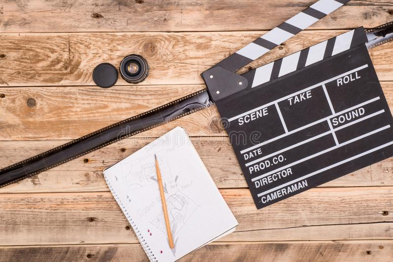 Clapperboard, storyboard na madeira foto de stock royalty free